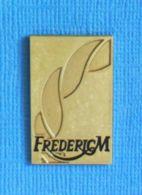 1 PIN'S //  ** FREDERIC M / PRODUITS DE LUXE ET DE BEAUTÉ ** - Perfumes