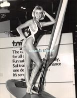 SUZANNE YOUNGER EN MAILLOT DE BAIN ►27/01/1988►SALON NAUTIQUE INTERNATIONAL DE LONDRES ►UNIVERSAL PICTORIAL PRESS - Personalidades Famosas