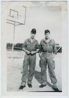 Guerre D'Algérie. Militaria. Militaires Sur Un Terrain De Basket. Sport. 1956. - Guerra, Militari
