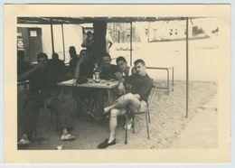 Guerre D'Algérie. Militaria. Militaires Assis à Un Café Sur Une Plage. - Guerra, Militari