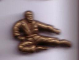 C100 Pin's JUDO Ou KARATÉ Pin's Couleur Bronze Achat Immédiat - Judo