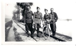 MILITAIRES AU BORD DE LA RIVIERE A PONT A MOUSSON  3 MAI 1940 - Guerra, Militari