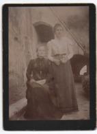 Photographie   Ancienne   2 Femmes Dans Une Cour - Photographie