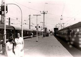Photo Originale Ambiance Quai De Gare & Train électrique En 1968 - Trains