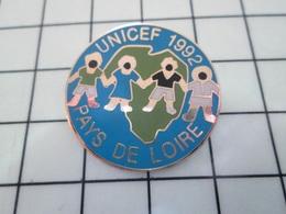 1214e Pin's Pins / Beau Et Rare / THEME : ASSOCIATION / RONDE D'ENFANTS GLOBE TERRESTRE UNICEF PAYS DE LOIRE - Associations