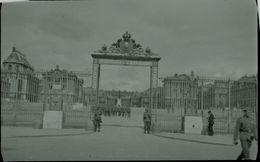 Altes Negativ Einer Aufnahme Von Deutschen Soldaten Vor Dem Ehrentor Des Schlosses Versailles - Guerra, Militari