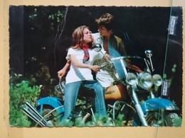 KOV 20-19 - COUPLE, COUPLES, Par, Embraced, Adopté, Abrazado, Ljubav, Amor, Amour, Motorbike, Moto, Moteur - Paare