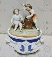 Encrier En Biscuit Porcelaine Allemande XIXème Avec Groupe  Sur Le Couvercle - Décor De Forgeron Au Travail - Ceramics & Pottery