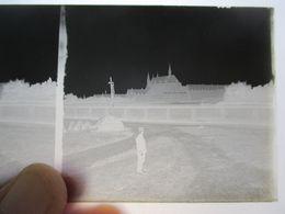 GUERRE 1914-18 - Plaque De Verre Stéréo Négative - Officier Devant Eglise à Identifier  - Format 6 X13 - BE - Diapositiva Su Vetro