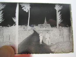 GUERRE 1914-18 - Plaque De Verre Stéréo Négative - Groupe Officiers Devant Eglise à Identifier  - Format 6 X13 - BE - Diapositiva Su Vetro