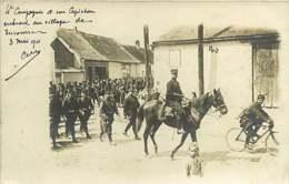 050620A - 02 CARTE PHOTO SISSONNE 1911 4e Compagnie Entrant Au Village Capitaine Militaire Viticulture Champagne - Sissonne