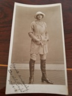 PHOTO ORIGINALE DEDICACE DOROTHY TAYLOR 22/10/1918 STUDION  H. WARD WEST CROYDON MODE FASHION CHAPEAU BOTTE - Fotos Dedicadas