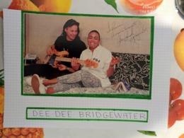 AUTOGRAPHE DE DEE DEE BRIDGEWATER, DÉDICACÉ & AUTHENTIQUE SUR COUP. DE PRESSE COLLÉE SUR GRD. CARTON. BRISTOL (V. Desc.) - Autographs