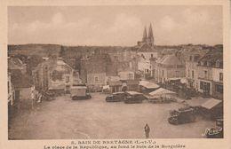35 - BAIN DE BRETAGNE - La Place De La République, Au Fond Le Bois De La Borgnière - Altri Comuni