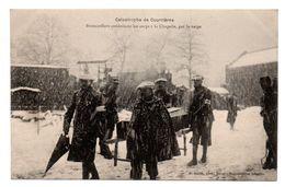 62  COURRIERES  -  Catastrophe De Courrières - Brancardier Conduisant Les Corps à La Chapelle, Par La Neige - Other Municipalities