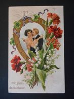 Couple élégant Enlacé Avec Coupes Dans Médaillon Fer à Cheval, Colombes, Muguet Et Oeillets - Gaufrée - Koppels