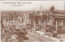 F0245 PARIS - EXPOSITION INTERNATIONALE DES ARTS DÉCORATIFS 1925 - LA PORTE D'HONNEUR DE EDGAR BRANDT - Mostre