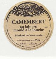 Y 370  / ETIQUETTE DE FROMAGE   -CAMEMBERT  FAB EN NORMANDIE  FROMAGERIE DU VAL DE SIENNE  50 GAVRAY - Cheese