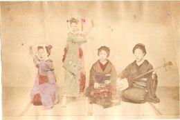 JAPON Photographie Originale Tirage Albuminé Aquarellé Ca 1880 - Geisha Danseuses Et Musiciennes ! - Old (before 1900)