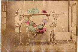 JAPON Photographie Originale Tirage Albuminé Aquarellé Ca 1880 - Geisha Et Porteurs De Palanquin ! - Old (before 1900)