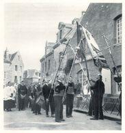 LOCRONAN Accueil Des Processions  Lors De La Tromènie  Salut Des Croix Et Des Bannières 1944 - Old Paper