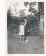 Snapshot Varades 7 Octobre 1945 Femme Fillette Jardin Vernacular Girl Woman - Anonyme Personen