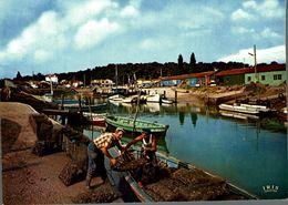 Saint Trojean Les Bains Le Port Ostreicole Avec En 1er Plan Des Ostreiculteurs Revenant Du Parc A Huitres  CPM Ou CPSM - France