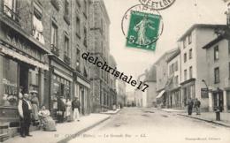 CPA 69 COURS-la-VILLE - La Grande Rue - Belle Animation De Rue Commerces Personnes - écrite Et Circulée - Cours-la-Ville