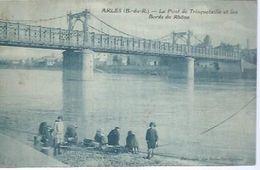 ARLES - PONT DE TRINQUETAILLE ET LES BORDS DU RHONE  ( Animées - LAVEUSES / LAVANDIERES ) - Arles