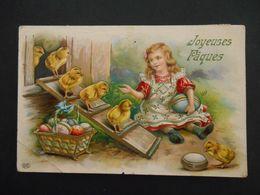 Petite Fille Assise Avec Des Oeufs Colorés Devant Poulailler Avec Des Poussins - Brillante - Enfants