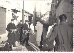 ALGERIE  CONTROLE DE POLICE  DANS LA POPULATION   PHOTO SEPIA - Guerre, Militaire