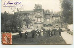 Carte Photo à Localiser - Groupe Sur Une Pelouse Devant Une Grande Maison- Envoyée à Saint Germain En Laye - Cartes Postales