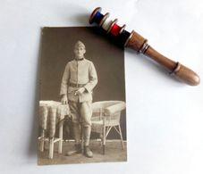Cousette Pour Nécessaire Couture En Buis   - Poilu - 14/18 WWI  Avec Poinçon Ses Aiguilles Et Sa Photo Cp De Solda - 1914-18