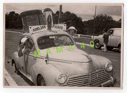 GRANDE PHOTO - VOITURE PEUGEOT 203 PARTICIPANT AU RAID AUTOMOBILE ABIDJAN - PARIS - Coches