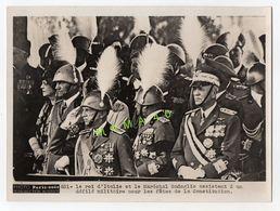 GRANDE PHOTO - PARIS SOIR -  LE ROI D'ITALIE ET LE MARECHAL BADOGLIO ASSISTENT A UN DEFILE MILITAIRE - Guerra, Militares