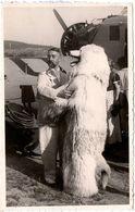 Carte Photo Originale Déguisement D'Ours Polaire & Eisbär Avec Avion & Aviateur à La Pipe En 1936 - Légende Dos - Anonymous Persons