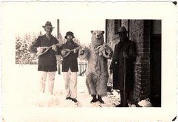 Photo Originale Déguisement D'Ours Polaire & Eisbär Sur La Neige Et Musiciens Masqués En 1931 - Montreur D'Ours - Anonieme Personen