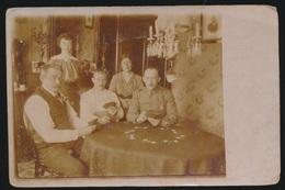 FOTOKAART  DUITSE SOLDAAT AAN HET KAARTEN IN VLAAMSCHE FAMILIE - Guerre 1914-18