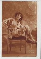 Nus - FEMMES - FRAU - LADY - Jolie Carte Fantaisie Portrait Jeune Femme Seins Nus En Pyjama Avec Cigarette - Fine Nudes (adults < 1960)