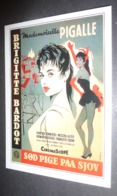Carte Postale : Brigitte Bardot (film Cinéma Affiche) Sod Pige Paa Sjov (Cette Sacrée Gamine - Mademoiselle Pigalle) - Posters On Cards