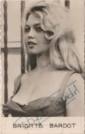 ARTISTE FEMME -  FRAU - LADY - BRIGITTE BARDOT - LA FEMME ET LE PANTIN - SIGNEE - DEDICACEE - AUTOGRAPHE  (2 SCANS) - Actors