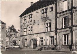 CPSM. 70 LUXEUIL LES BAINS. MAISON DU BAILLI ET TOUR DES ECHEVINS. 2 VOITURES. - Luxeuil Les Bains