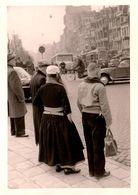 Photo Originale L'Exilée De Marken (presqu'île Située Sur IJsselmeer Aux Pays-Bas) Costumes Traditionnels & Citroën 2 Cv - Automobile