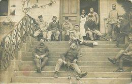 CARTE PHOTO - POILUS BLESSES AUX MEMBRES INFERIEURS - SERVICE DE SANTE DES ARMEES - Guerra 1914-18