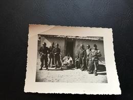 Guerre D'Algerie - Groupe De Soldats Français Armés Devant La Maison Du Chef Du Village - Guerre, Militaire