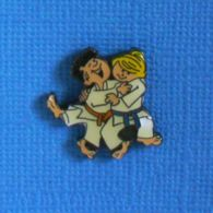 1 PIN'S //  ** 2 JEUNES JUDOKA ** - Judo