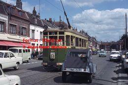 Reproduction D'unePhotographie D'une Citroen 2 CV Croisant Un Tramway Urbain Ligne B Hellemmes Lille En 1965 - Reproductions