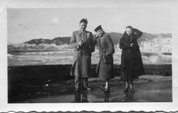 Photo D'un Homme Avec Deux Femmes Souriante Et élégante Posant Au Vent De La Mer  A Marseille En 1934 - Personnes Anonymes