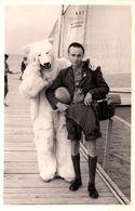 Photo Originale Déguisement D'Ours Blanc & Eisbär à La Mer Sur Estacade Vers 1940 - Jeune Plagiste & Slip - Anonymous Persons