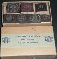 Boite D'anciens Tampons Timbres Caoutchouc, 7 Pièces De Monnaie SUDEL Mathema - France